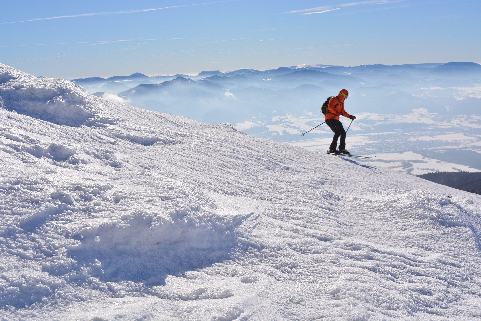 alpine-skier-4817894_1920.jpg